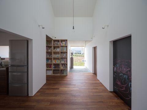 本棚と黒板のある廊下