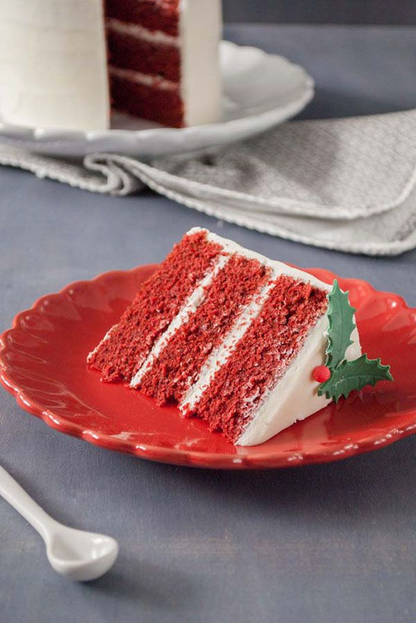 Sólo queda un mes para Navidad y ya tenemos que ir pensando en los postres que vamos a preparar. Mi preferido, sin duda, es esta tarta red velvet navideña. Esta tarta tiene el efecto de sorprender allá donde va. Si queréis dejar a todos con la boca abierta, no lo dudéis, preparad esta increíble tarta. Para mí, el sabor del red velvet es inigualable, el toque de cacao, la vainilla, y la irresistible crema de queso de la cobertura la hace totalmente irresistible. Pero lo mejor es su color. ...