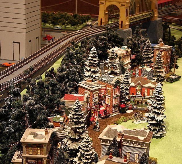 Christmas Model Railway.Christmas Village Model Train Layout Small Spaces