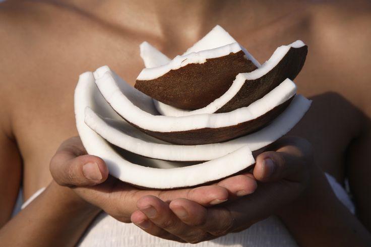 Kokosolie is het ultieme beautyproduct. Je kan het gebruiken als conditioner, make-upremover, bodylotion, lippenbalsem, scheerschuim en scrub. Een multitasking wondermiddel in de badkamer!