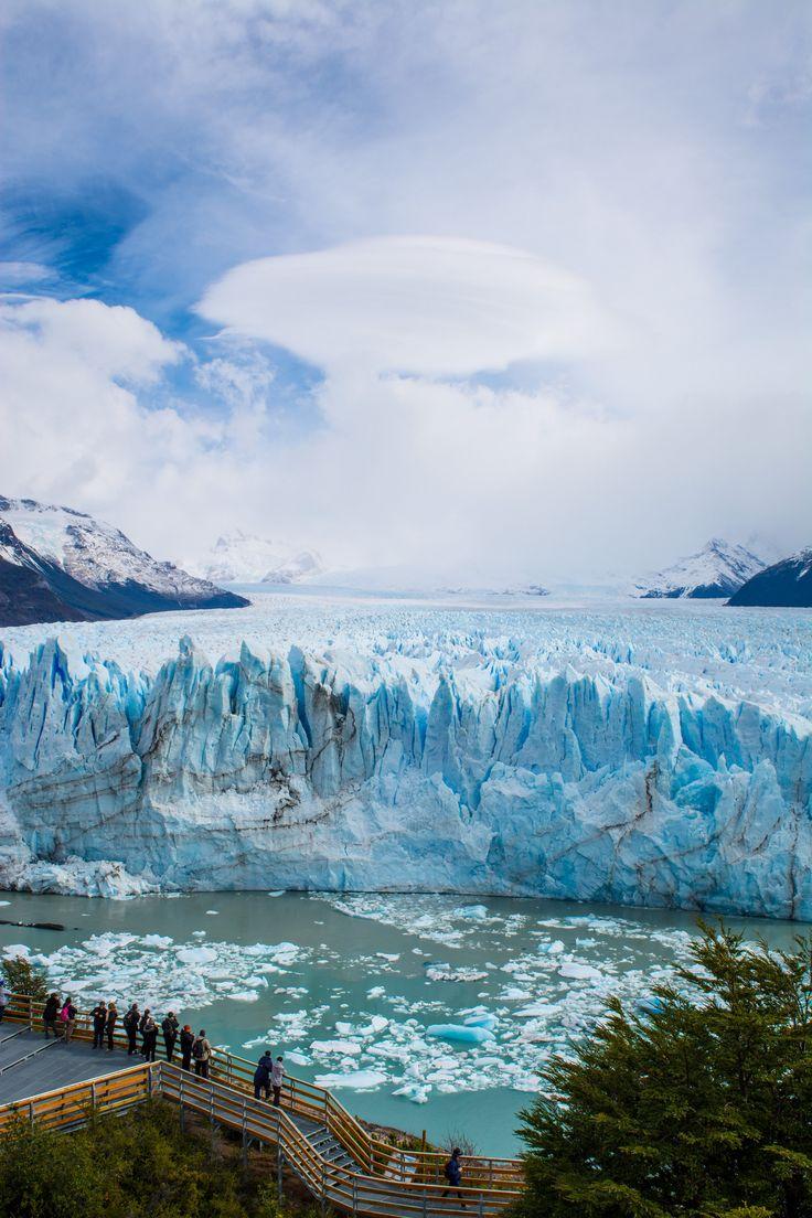 Este es el Glaciar Perito Moreno . La gente viene aquí para caminar y mirar la hermosa naturaleza.