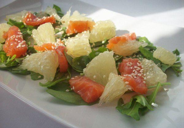 Салат с помело и копченым лососем