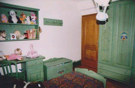 www.mobilificiomaieron.it - 0433775330. Camera da letto completa in legno massello color verde con alcuni decori. Realizzazione in legno massello. Adatta ad arredamenti rustici, Arredi case in montagna