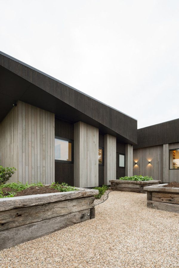 House Under Eaves by MRTN Architects