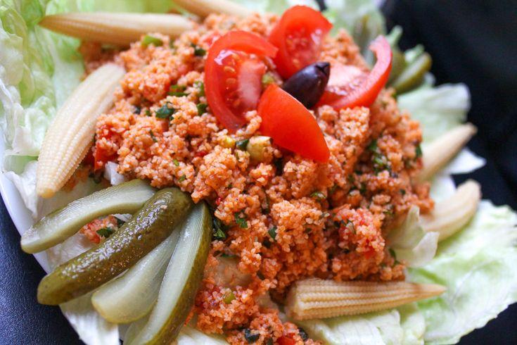 Een heerlijk recept voor licht pittige kruidige Turkse bulgursalade met kruidenpasta en frisse groenten zoals tomaat en lente ui. Oftewel kisir.