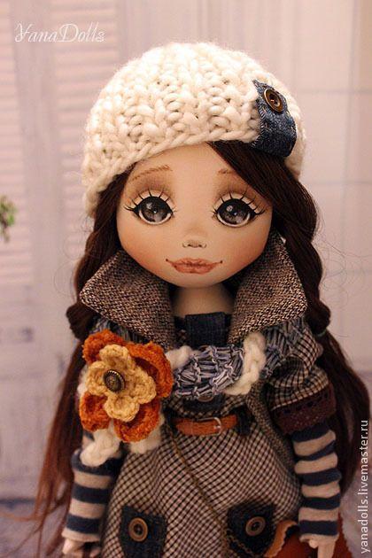 Liliya. Liliya, 46 см. Текстильная куколка, стоит на подставке, сидит с опорой. Ручки гнутся, волосы можно расчесывать и заплетать. Одета в платьице из шерсти . Отделочные элементы из джинсовой ткани, оборка -хлопковое кружево.