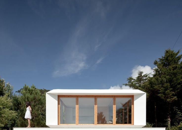まずは外見から美しいこのプレハブハウスは、その外見だけが特徴ではありません。 なんと「部屋のレイアウトを自由に変更できる」というスグレモノ。 家全体は32平米ですが、内部のフロアは1.5mの正方形でグリッド上に分割されています。 そして軽量なパネルで出来た仕切りで自由に部屋を作れるという仕組み。 えー、すごい。 これだったら部屋の模様替えだけでなく簡単に内部のレイアウトを変えることができますね。 自分だけのワーキングスペースを作ったり、ホームパーティーのためにリビングを広くしたり、気分次第で部屋を変えれてしまうってなんだか楽しそう! ちなみに側面の窓枠も同じ仕切りのパネルで壁に変更することも出来るそうです。 どこまでもフレキシブル! デザイン性、機能性を備えたなんともカッコイイ家です。 ちなみに値段は42000ユーロ(約600万)だそうです。 よくよく考えてみれば、昔の日本家屋もこの家と同じように、障子で仕切られたフレキシブルな造りだったんですよね。 言い換えればこの家は現代版日本家屋とも言えるかな? Via : SMALL HOUSE BLISS