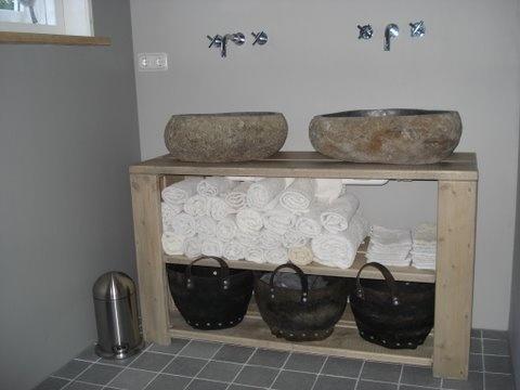 River rock boulder natural stone sink tes pallet wood - Que faire avec des palettes ...