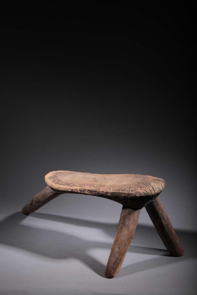 Traditional Lobi headrest of Burkina Faso.http://www.art-masque-africain.com/index.php/en/ancient-seats/2135/lobi-stool-1-