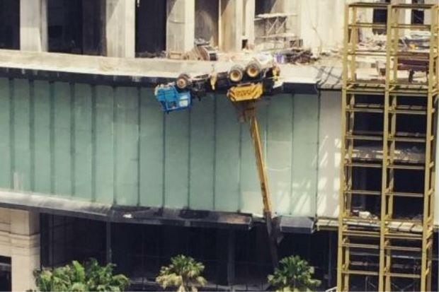 Kren Tumbang Di Bandar Damansara Perdana   Satu unit jentera kren tumbang di tapak pembinaan dekat Bandar Damansara Perdana pada Isnin.  Penolong Pengarah Operasi Bomba Selangor Mohd Sani Harul mengesahkan insiden itu dengan berkata kejadian tersebut berlaku di sebuah tapak pembinaan di hadapan bangunan LHDN dekat Empire Bandar Damansara Perdana.  Kren Tumbang Di Bandar Damansara Perdana  Jelas beliau jabatan itu menerima panggilan kecemasan kira-kira pukul 2 petang.  Lima anggota bomba…