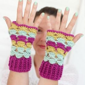 Free pattern for these cute and easy crochet shell wrist warmers.