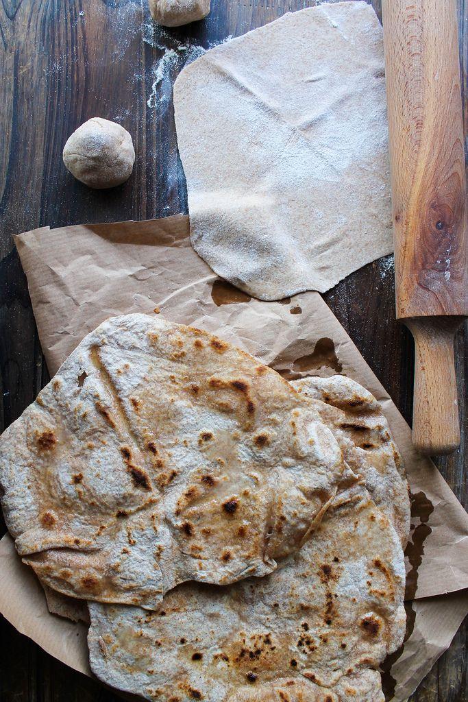 Chapati, pain indien {vegan} - Ingrédients (Pour 8 chapati) : 250 g de farine complète, 11 cl d'eau tiède, 1 cuillère à soupe de sel, 60 g de margarine