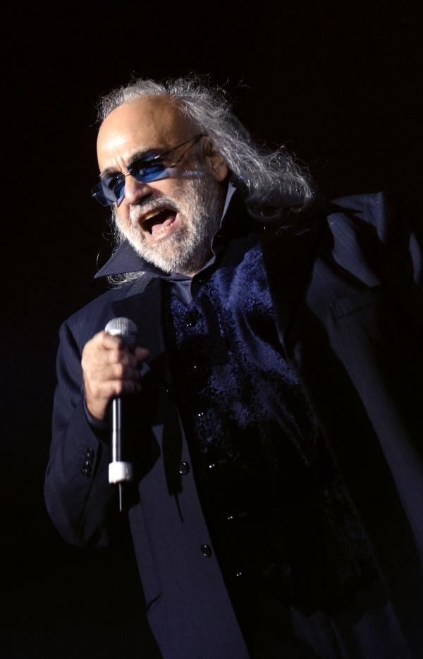 Demis Roussos en 2006 - Né à Alexandrie en Égypte le 15 juin 1946, de parents grecs, Demis Roussos a été chanteur et bassiste du groupe Aphrodite's Child avant d'entamer une carrière solo au début des années 70. La chanson « Rain and Tears » composé par son partenaire Vangelis devient un tube mondial en 1968. Vangelis et Demis Roussos se séparent au début des années 1970. Tout au long de sa carrière Demis Roussos aura vendu quelque 60 millions d'albums à travers le monde.