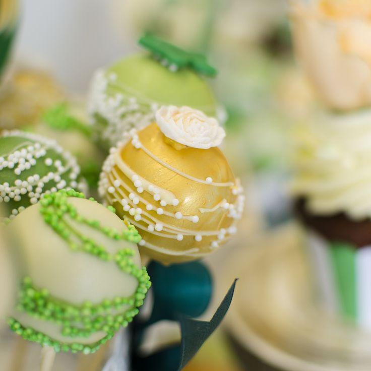 Vesel colorate, realizate pentru un Candy bar in nuante de galben si verde, aceste micute cake pops-uri sunt bijuteriile ce atrag invitatii la masa de dulciuri.