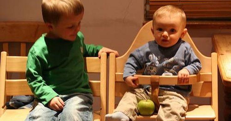 Cómo hacer una silla alta de bebé. Aprender a hacer un comedor para un bebé es muy simple para quienes tienen experiencia en trabajar la madera, pero puede parecer algo difícil para aquellos que nunca han trabajado antes en un proyecto de construcción. Fabricar tu propia silla de comer para tu bebé, te garantiza la calidad y la seguridad que deseas, además construirás una reliquia ...