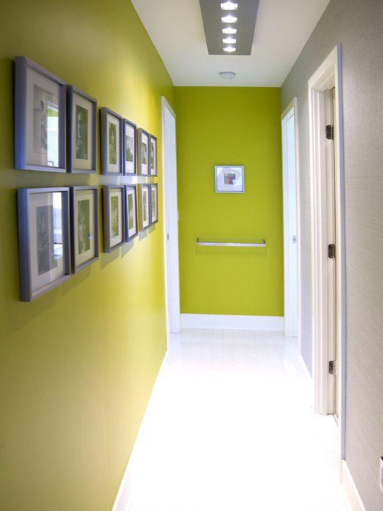 parede verde e luminária embutida no forro
