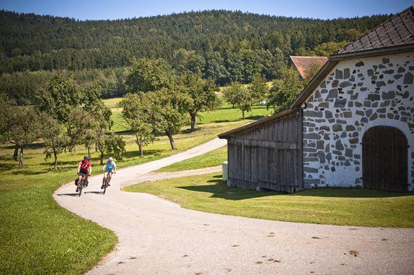 Das #Mühlviertel beim #Radfahren vorbei an Steinbloßhäusern entdecken. Weitere Informationen zu #Radurlaub im Mühlviertel in #Österreich unter www.muehlviertel.at/radfahren - ©Oberösterreich Tourismus/Erber