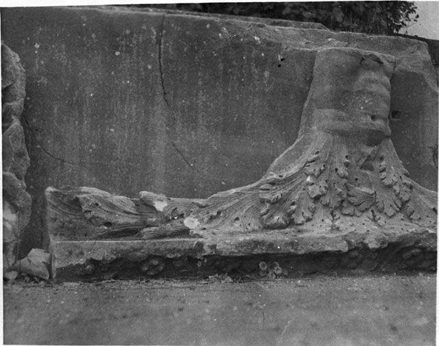 Gertrude Bell Archive (Newcastle University) frammento dal tempio di Serapide sul Quirinale nei giardini Colonna (1910)