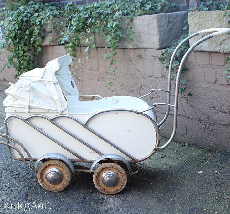 Antieke witte kinderwagen! http://aukgaaf.com/nl/lifestyle-woonaccessoires-landelijk-wonen-brocante-accessoires/brocante-brocante-meubels-brocante-accessoires/decoratie.html