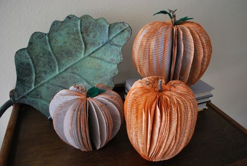 Pumpkin Decorations Made from Recycled Books: Fall Decoration, Fall Pumpkin, Old Book, Halloween Decoration, Fall Crafts, Halloween Crafts, Halloween Pumpkin, Autumn Decoration, Recycled Book