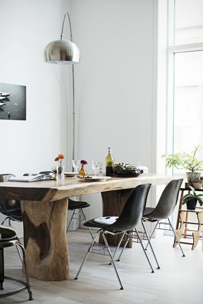 lampadaire halogene et une jolie lampe arc pour la cuisine avec une table en bois massif