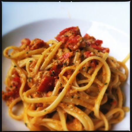 Trapani ist die Stadt ganz in nordwestlichsten Zipfel von Sizilien. Neben der Gewinnung von Salz ist der Anbau von Oliven, Zitrusfrüchten und Mandeln ein wichtiger Wirtschaftszweig. Das Pesto alla Trapanese hat daher auch vor allem mit Mandeln zu tun. Diese Sauce nennt man in Italien eine «Salsa cruda»: wird also …