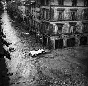 L'alluvione vissuta a Firenze il 4 novembre 1966 è stata una delle più grandi catastrofi del secolo. Il fiume Arno straripa invadendo anche le vie del cent