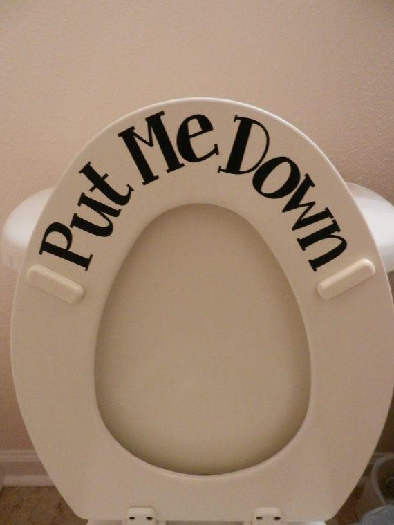 """Zou je als dame mannen soms ook eraan willen herinneren dat ze de wcbril omhoog moeten doen vóór het plassen, en erna weer omlaag? Dan is dit een goed #diy idee: een sticker met """"Put me up"""" aan de bovenkant en """"Put me down"""" aan de onderkant van de bril. Benieuwd naar de #toiletzittingen van #Badkamermarkt? Klik op de afbeelding!"""