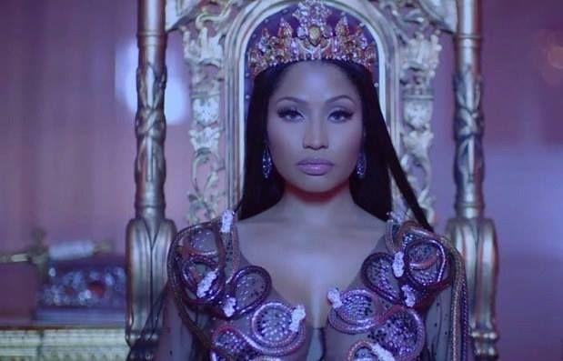 @NickiMinaj dévoile #NoFrauds son nouveau clip avec Drake et Lil Wayne http://xfru.it/jJVwtX