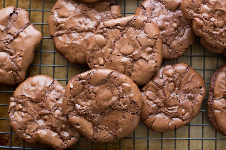 Flourless Chocolate Brownie Cookies - 6 Ingredients (and not an speck of flour!!) are all it takes to make these awesome brownie-like cookies!