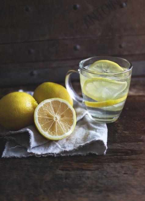 Boire de l'eau chaude avec du citron le matin est une saine habitude à adopter