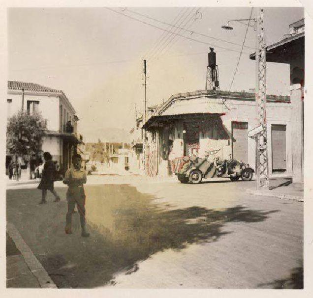 Πλατεία Χαλανδρίου! Διασταύρωση Αγίας Παρασκευής και (σημερινής) Ανδρέα Παπανδρέου κατά τη γερμανική κατοχή. Στη φωτογραφία βλέπουμε ένα γερμανικό όχημα να ανεβαίνει το σταυροδρόμι….