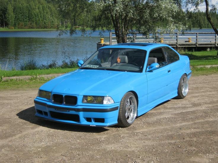Kusti Nevalaisen BMW e36 ja värinä on onnistunut Porschen Riviera Blue.