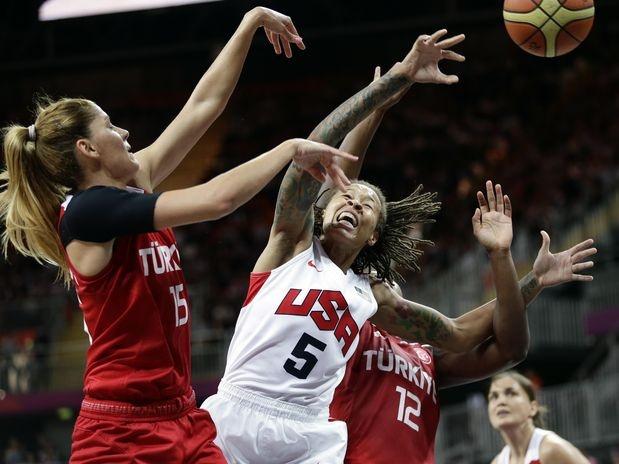 Na terceira vitória em três jogos, as americanas ainda não tiveram um desafio no torneio feminino de basquete dos Jogos Olímpicos de Londres. Contra a Turquia, que vinha de vitórias sobre Angola e República Checa, os Estados Unidos venceram por 89 a 58 nesta quarta-feira, em partida disputada na Arena de Basquete  Foto: AP
