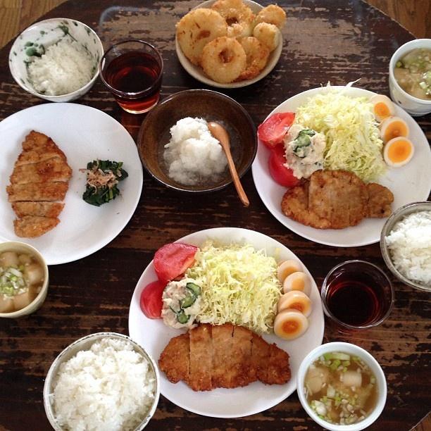 夕ごはん。とんかつ、サラダ、大根と麩の味噌汁、ごはん、大根おろし、玉ねぎのリングフライ。 - @hrk_hsmr- #webstagram