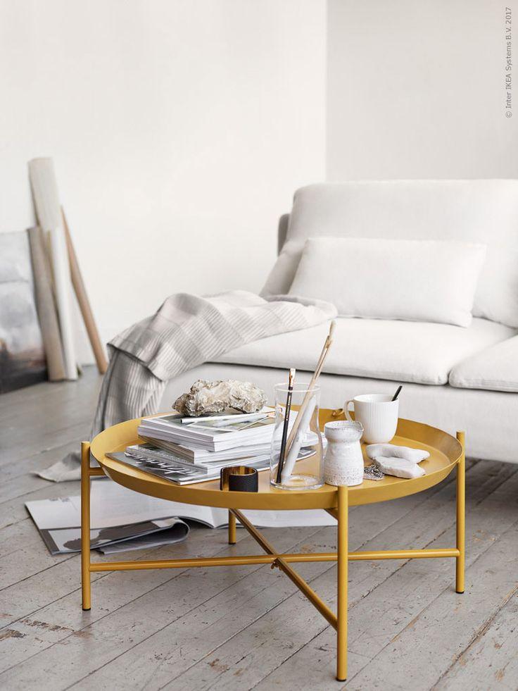 JORID brickbord, i pulverlackat stål, finns i begränsad upplaga. TIDVATTEN vas, OFANTLIGT mugg, VÄGMÅLLA pläd, SÖDERHAMN 3-sits soffa.