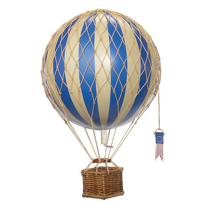 Fin og dekorativ luftballon til pynt på børneværelset i fin blå farve. Perfekt til ophæng i loft eller vindue. Er designet efter original model med mange små og
