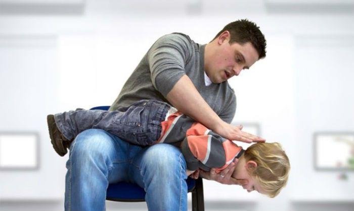 Πνιγμός από αντικείμενο. Πώς να σώσετε το παιδί με απλές κινήσεις