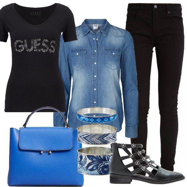 Un look splendido per essere trendy tutti i giorni, in ufficio o in giro per la città. Jeans skinny Levi's, t-shirt Guess con stampa, camicia di jeans da indossare aperta con maniche arrotolate, tronchetti black con pietre e borchie, borsa a mano blue e bracciali Desigual sui toni del blu. Non passerete inosservate.