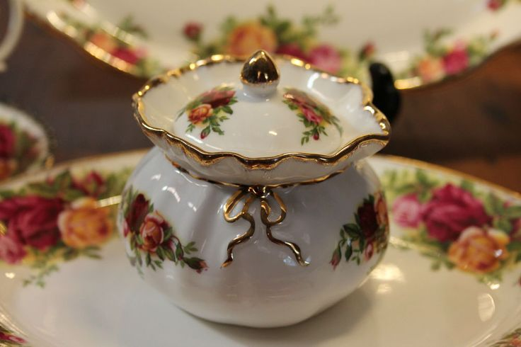 ROYAL ALBERT ENGLAND OLD COUNTRY ROSES DOROTHY POT #RoyalAlbert #DOROTHYPOTTRINKETBOX