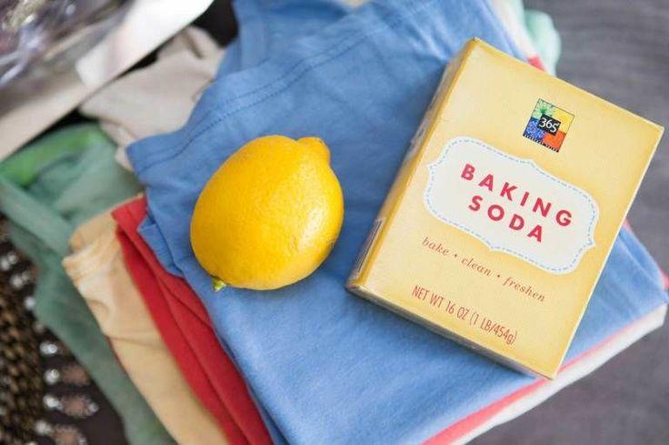 Elimina le macchie di sudore sotto le ascelle con il succo di limone o il bicarbonato