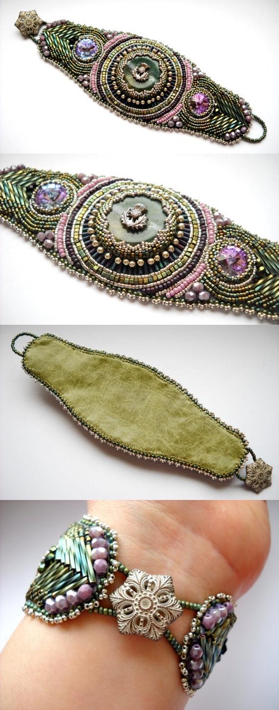 Bordados Bead Bracelet Cuff Verde Rosa Patina Bead malva bordado. Esta peça foi composta de uma ágata indiana de rosca (30 mm) e 2 Cristal Swarovski rivolis (14 mm), rodeado por pérolas de vidro Toho japonês. Fechamento com botão de latão antigo.   medidas Pulseira 2 1/4 x 7 1/2 polegadas (55 x 195 mm). O apoio é de couro genuíno buttersoft.   Este é um projeto de um-de-um-tipo, usando os materiais de melhor qualidade e da pulseira é feita à mão de 100%.