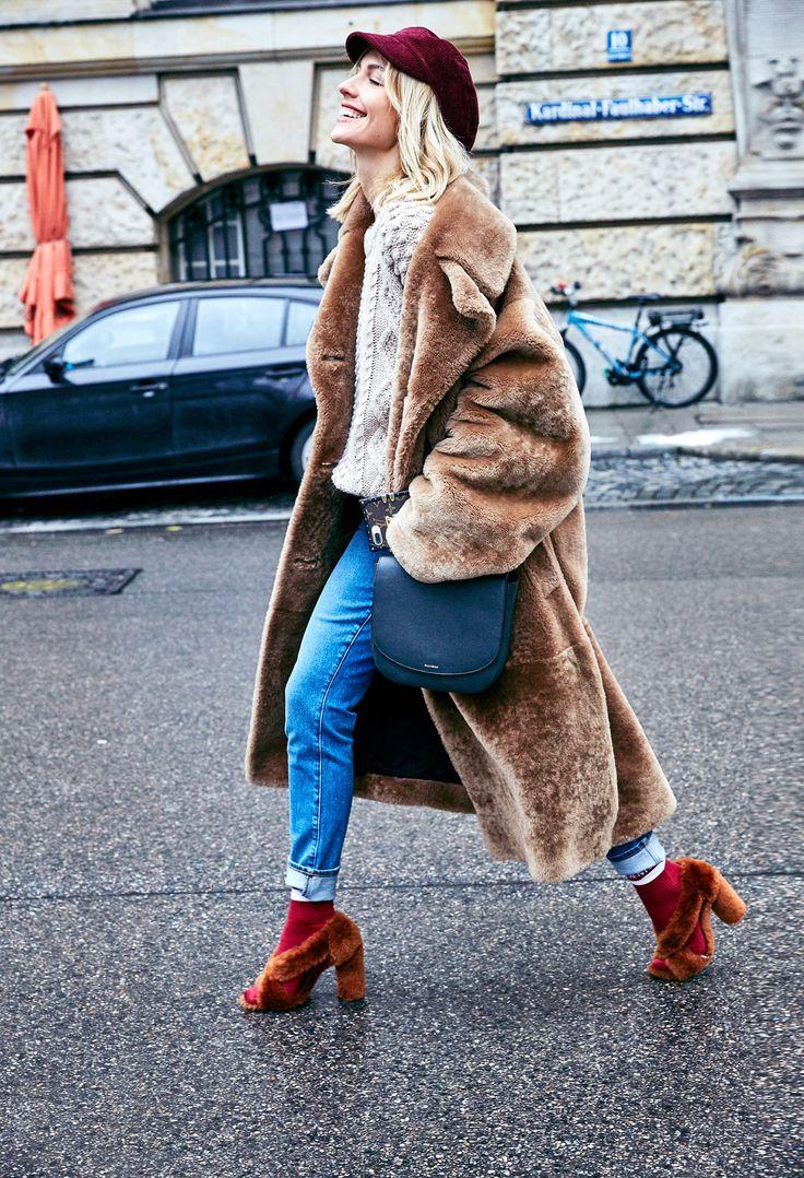 Haute Hippie, hier sehen wir die Weiterentwicklung vom Bohème Trend, im Winter mit Schlägermütze, ironischen Socken und Wallawalla Mantel umgesetzt. Warum das NICHT nach Flohmarkt aussieht?! Weil es Luxus-Mode ist, hochwertige Materialien, top verarbeitet. | @jilsander #coat @hm #sweater @prada #hat