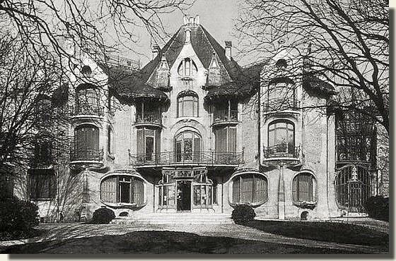 Léon Nozal industriel commande à Hector Guimard en 1902, cet hôtel particulier pour son propre usage, à bâtir sur un terrain de trois hectares dont il est vient d'acquérir la propriété. L'aménagement intérieur lui n'est pas réalisé par Hector Guimard , mais est du style « Louis XVI » pour les salons d'apparat. En 1937, l'Hôtel Nozal sur l'initiative de Mme Pézieux, fille de Léon Nozal et sans doute influencée par l'Exposition internationale de 1937 de Paris, subit des transformations…