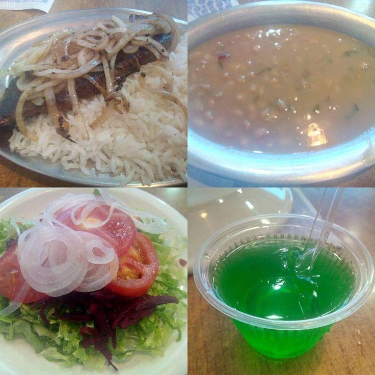 Uma comida simples, com ingredientes que não tem muito sabor, mas mesmo assim tudo é muito bem feito em nenhum momento chega a atrapalhar a degustação, e por ainda tem uma gelatina de cortesia  #almoco #comida #restaurante #lanchonete #figado #arroz #feijao #cebola #acebolado #salada #alface #tomate #cebola #cenoura #beterraba #ralado #gelatina #limao #sobremesa #XinGourmet #NewWave  Fígado - R$15 em Lanchonete New Wave.