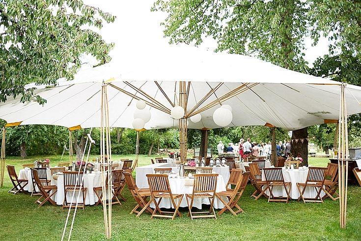Wunderschöne Idee, um eine Hochzeit draußen zu feiern. Getanzt wurde allerdings im Haus