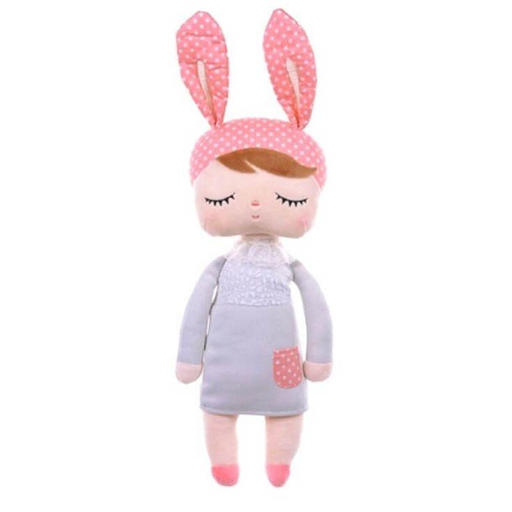 Deze super schattige Angela doll komt van het merk Metoo. De pop meet 30 cm zonder oren en kan daarom al met de allerkleinste meisjes knuffelen. Ook heeft deze pop een CE certificaat wat wil zeggen dat het voldoet aan de Europese regels voor veiligheid van speelgoed. De Angela doll is daarom al geschikt voor pasgeboren meisjes. Met deze konijnen pop heeft jouw meisje een vriendje voor het leven.