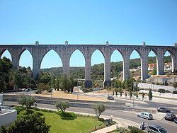 Aqueduto das Águas Livres – Wikipédia, a enciclopédia livre. Em 1571, Francisco de Holanda (1517 - 1585) propõe a D. Sebastião (1554 - 1578) na sua obra Da Fábrica que Falece à Cidade de Lisboa que estabelecesse uma rede de abastecimento de água que servisse a cidade de Lisboa, rede essa que tinha já sido iniciada pelos romanos. Os vestígios do aqueduto romano eram ainda suficientes para que tivessem sido considerados, em 1620, para a passagem das Águas Livres de Lisboa.