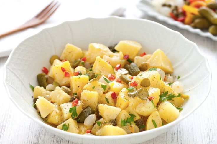 L'insalata di patate alla tedesca è quella classica, una ricetta semplice con erba cipollina, cipolla, senape e in alcuni casi rafano. La nostra proposta vi suggerisce di preparare un'insalata di patate lesse, fredda e ricca di ingredienti che la rendono una ricetta sfiziosa e saporita; un piatto che si potrebbe servire come contorno oppure come antipasto. Protagonisti, insieme alle patate, i sottaceti. Nel scegliere le patate ricordate che le patate novelle, quelle raccolte a inizio…