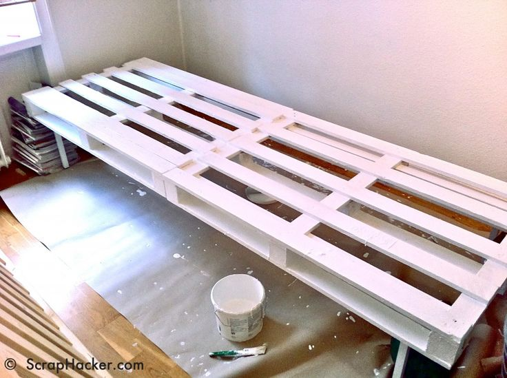Pallet and Ikea accessories daybed tutorial.